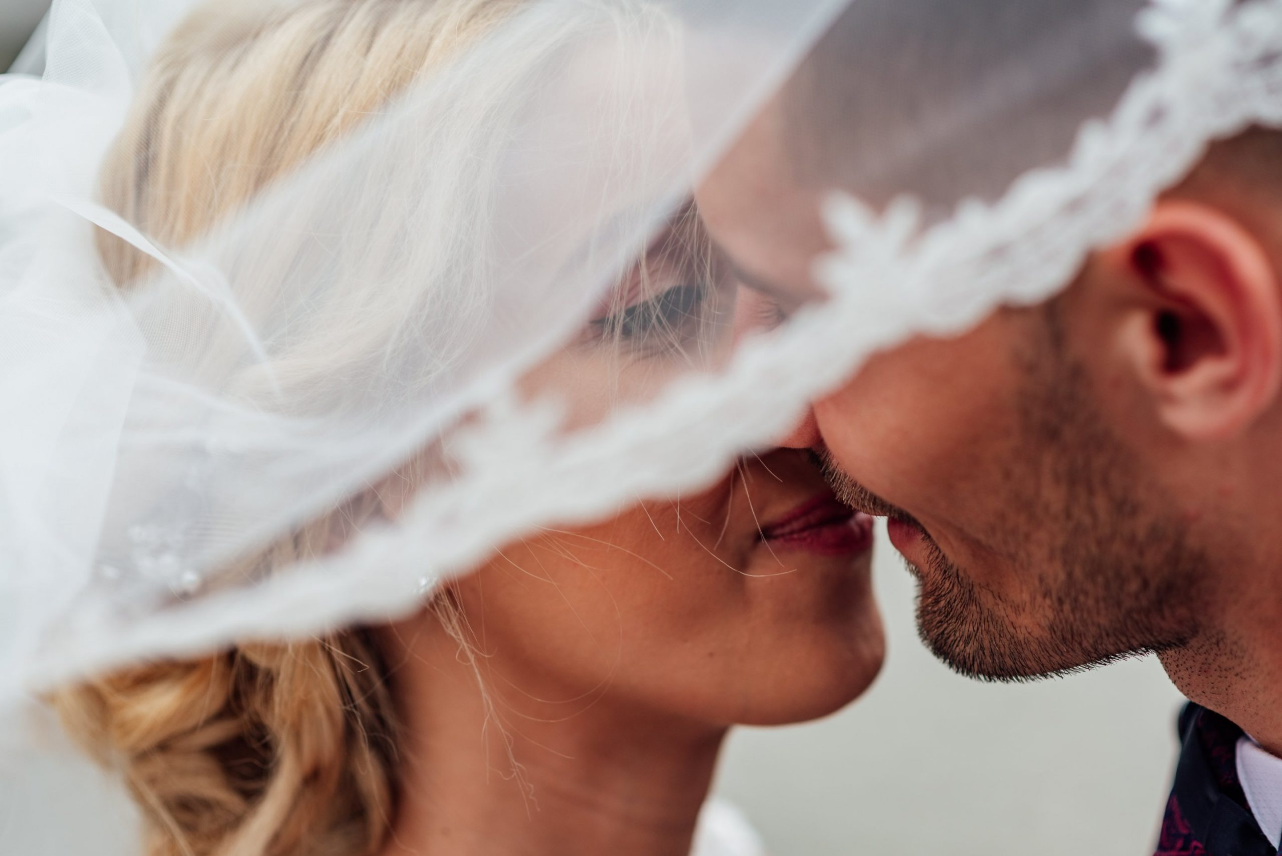 groom-and-bride-kissing-1589818
